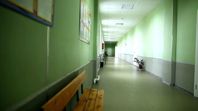 Corredor vazio interior da escola verde parede para a direita turmas - vídeo