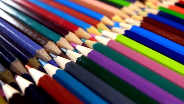matite colorate per attrezzature scolastiche - matita colorata video stock e b–roll
