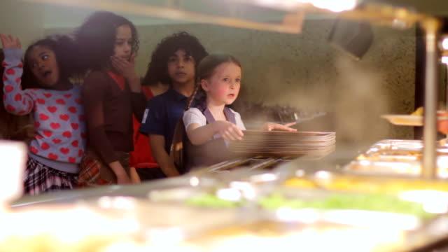vídeos de stock, filmes e b-roll de escola de comida - almoço