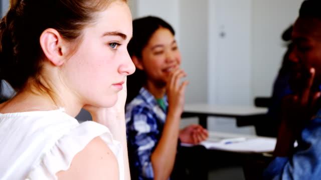 vídeos de stock e filmes b-roll de school friends bullying a sad girl in classroom - ameaça