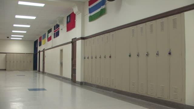 vídeos de stock, filmes e b-roll de escola corredor pan - armário com fechadura