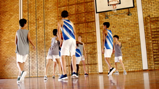 Schulkinder, die Basketball spielen – Video