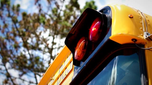 vídeos y material grabado en eventos de stock de luces de escuela parpadeando en la parte frontal superior del autobús moderno con cielo azul de fondo - autobuses escolares
