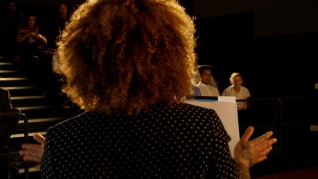 vídeos de stock, filmes e b-roll de apresentação pelo professor de escola - discurso