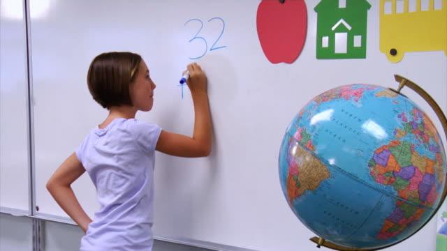学校の学生を数学的問題にホワイトボード ビデオ