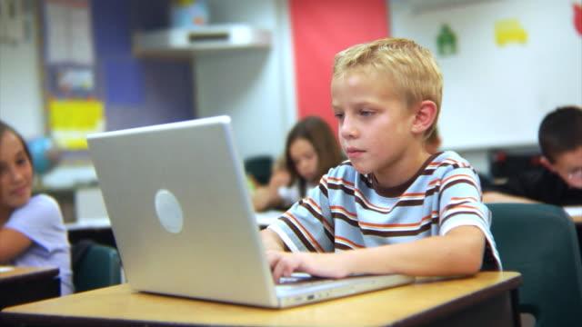 Schüler Arbeiten auf laptop-computer – Video