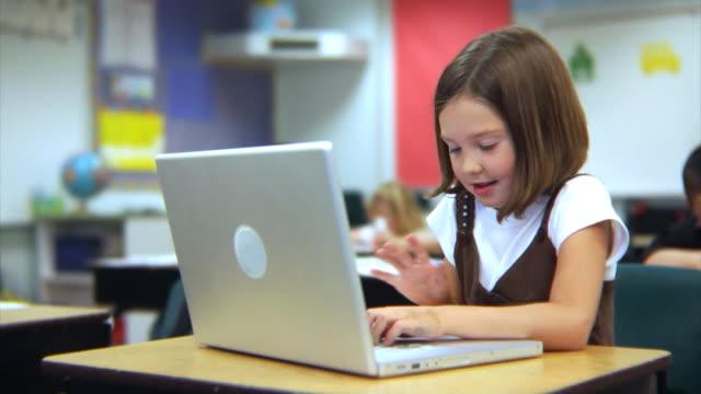 schüler arbeiten auf laptop-computer - grundschule stock-videos und b-roll-filmmaterial