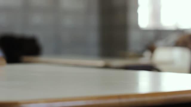 vidéos et rushes de professeur d'école ramasser des livres à la salle de classe. - fournitures scolaires