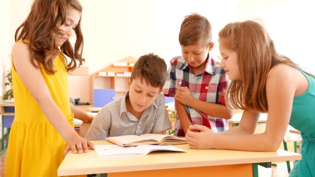 Schüler lesen ein Buch im Klassenzimmer – Video