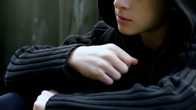 stockvideo's en b-roll-footage met scholier met pillen, drugsverslaving onder tieners, depressie, eenzaamheid - amfetamine