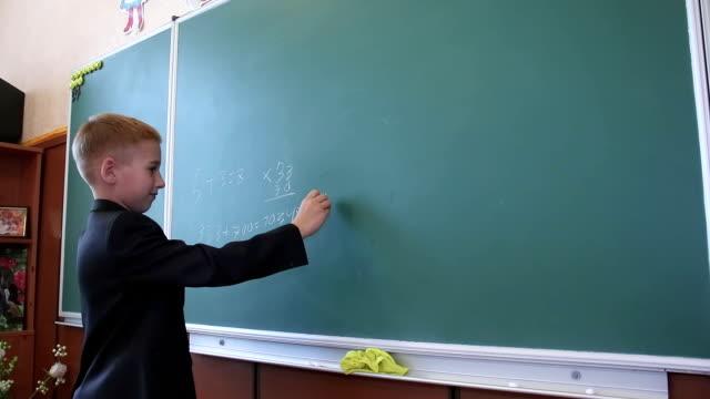 男子生徒は黒板 - 在庫ビデオ番号を書き込みます ビデオ