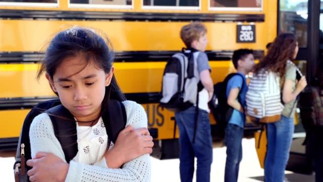 stockvideo's en b-roll-footage met school meisje dreads de eerste dag van de scholen - ongerustheid