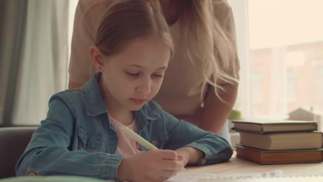 школьница учится дома - covid testing стоковые видео и кадры b-roll