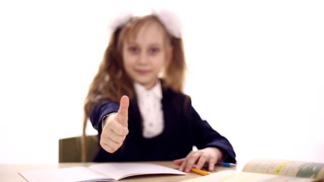 scolara seduto sul banco di scuola - nastro per capelli video stock e b–roll