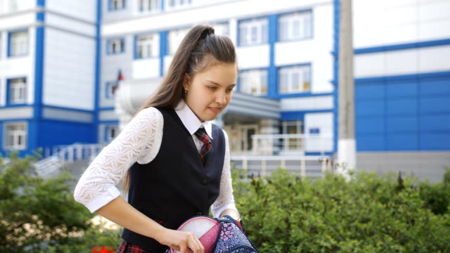 vídeos y material grabado en eventos de stock de colegiala adolescente llega a casa de la escuela y hablando por teléfono con un amigo. - regreso a clases