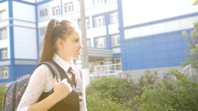 vídeos y material grabado en eventos de stock de colegiala adolescente llega a casa de la escuela en un día cálido. - regreso a clases