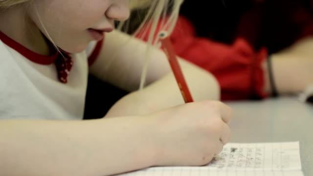 schoolgirls schreiben - grundschule stock-videos und b-roll-filmmaterial