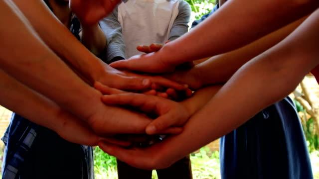 Collégiens, formant des tapis de main dans les locaux scolaires 4k - Vidéo