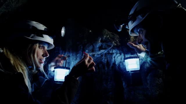 Científico exploração de caverna - vídeo