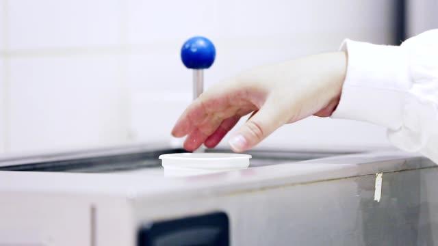 vídeos y material grabado en eventos de stock de leche de la investigación científica en el laboratorio. proceso de prueba de leche - investigación científica