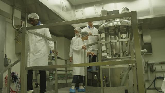 team di ricerca scientifica in laboratorio industriale - reattore nucleare video stock e b–roll