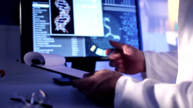 vídeos y material grabado en eventos de stock de trabajo científico - hélice forma geométrica