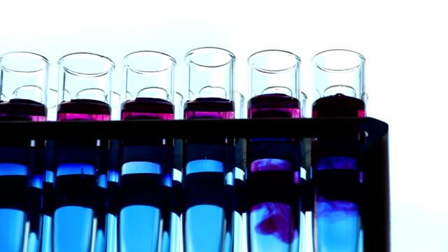 vídeos de stock, filmes e b-roll de cientista acrescenta reagentes dentro dos frascos de dolly de fundo de céu tiro - amostra científica