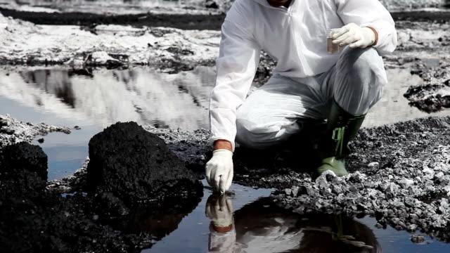 vídeos y material grabado en eventos de stock de científico de analizar el agua de río - investigación científica