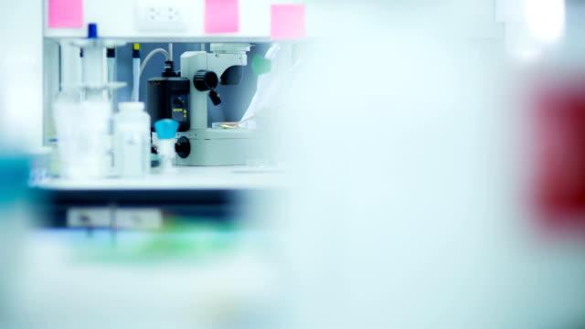 科学者とバイオ lab 実験 ビデオ