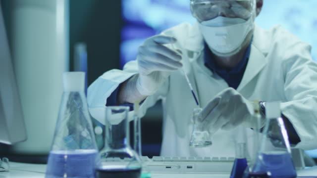 Wissenschaftler macht Chemische Experiment im Labor  Schuss auf RED Cinema Camera in 4K (UHD) .- – Video