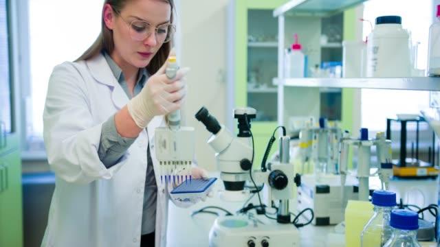 Wissenschaftler im Biotechnologie-Labor – Video