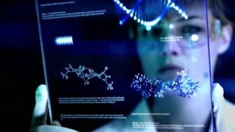 vidéos et rushes de scientifique est à la recherche de solutions concrètes dans un laboratoire. - exactitude