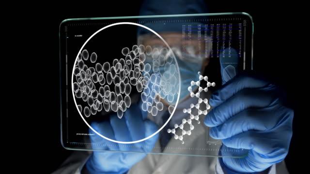 未来的なタブレットを探している科学者 - タッチスクリーン点の映像素材/bロール