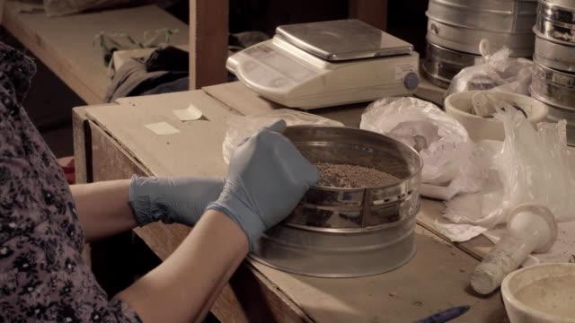 stockvideo's en b-roll-footage met wetenschapper voorbereiding voorbereiding onderzoek - geologie