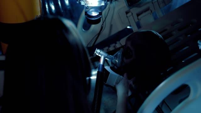 stockvideo's en b-roll-footage met wetenschapper raakt de sensoren van de alien. alien ligt op de operatietafel. - ventilator bed