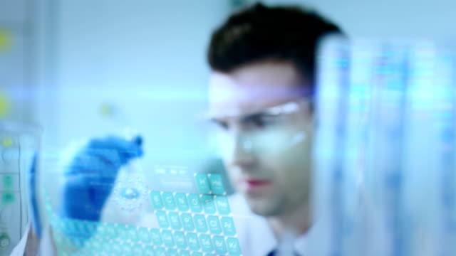 Científico trabaja en el laboratorio. - vídeo