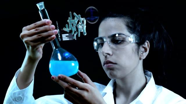 wissenschaftler arbeiten im labor. - wissenschaftlerin stock-videos und b-roll-filmmaterial