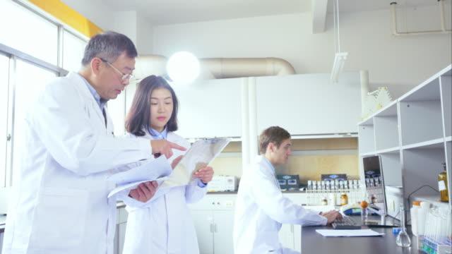 科学者は、モダンな生物学研究所 - 研究者点の映像素材/bロール