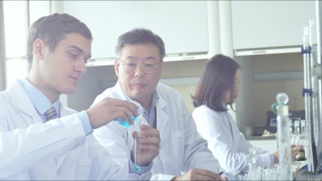 naukowiec pracuje w laboratorium nowoczesne biologiczne - zabieg medyczny filmów i materiałów b-roll