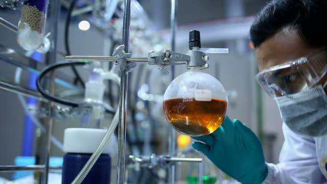 vídeos de stock, filmes e b-roll de os cientistas em laborator moderno - biocombustível
