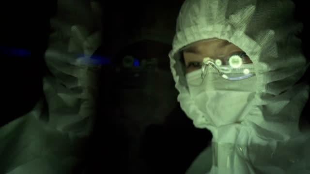 virüs laboratuvarındaki bilim adamları - covid testing stok videoları ve detay görüntü çekimi