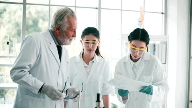 4 K: 科学者が研究室で話しています。 ビデオ
