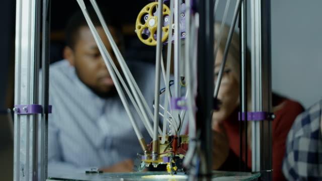 Cientistas observando o trabalho de impressão 3d - vídeo