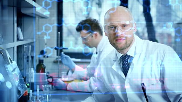 Wissenschaftler Arbeiten in einem research laboratory – Video