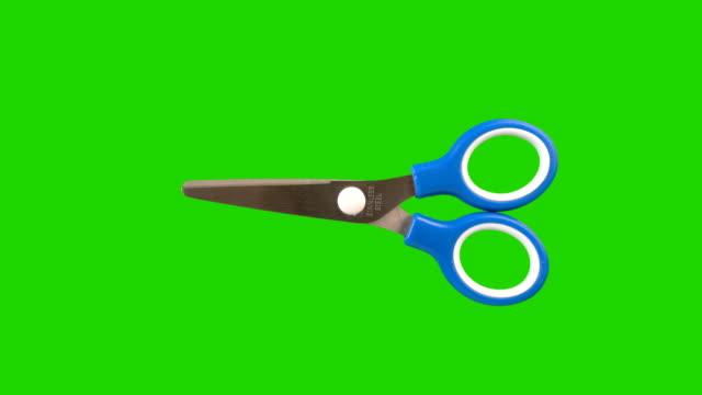 forbici animato su sfondo verde schermo. - forbici video stock e b–roll