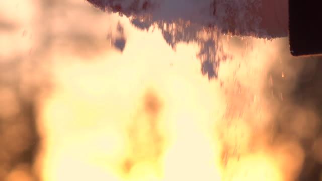 zeitlupe, close up: kugel schneeflocken schmelzen in händen und herunterfallen - schneeflocke sonnenaufgang stock-videos und b-roll-filmmaterial