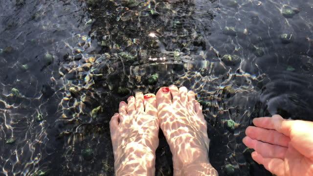 skopa upp varmt källvatten för hand medan du blötlägger i ett fotbad - japanese bath woman bildbanksvideor och videomaterial från bakom kulisserna