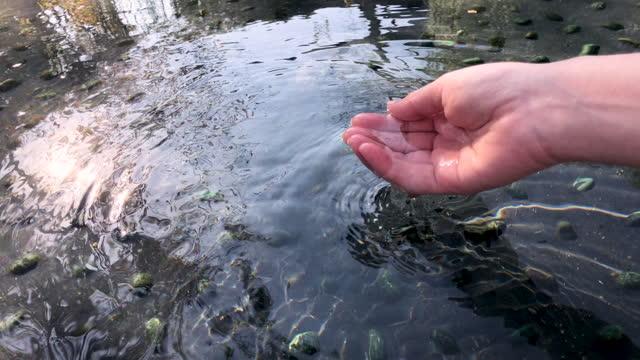 skopa upp varmt källvatten. - japanese bath woman bildbanksvideor och videomaterial från bakom kulisserna