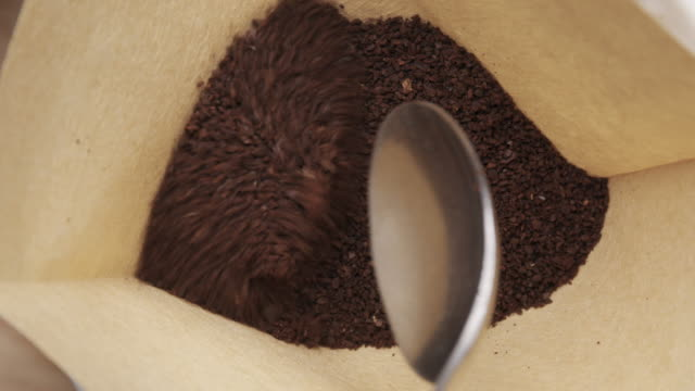 scooping kaffee in pour over filter - handvoll stock-videos und b-roll-filmmaterial