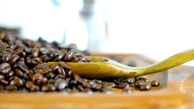 vídeos de stock e filmes b-roll de scooping of roasted coffee beans, studio shot - coffee table